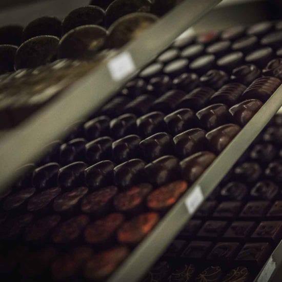 Výroba pralinek z hořké čokolády