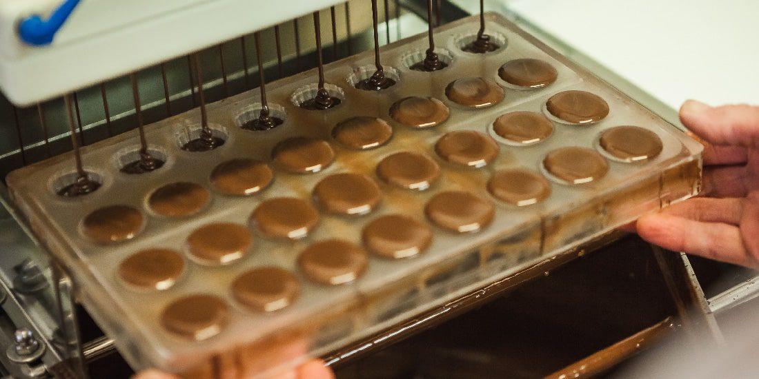 Plnění formiček náplní z mléčné čokolády