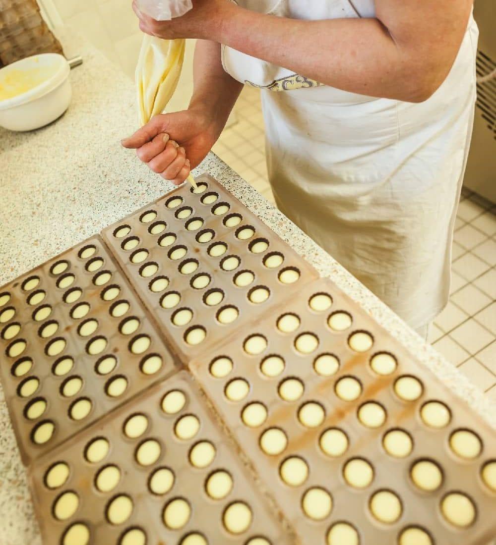 Výroba pralinek z bílé čokolády